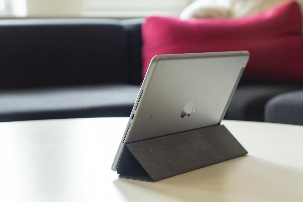 6b7d341b5af Apples iPad (2018) byder på klassiske iPad-dyder, men som bruger vil man  også bemærke, at der er sparet her og der.